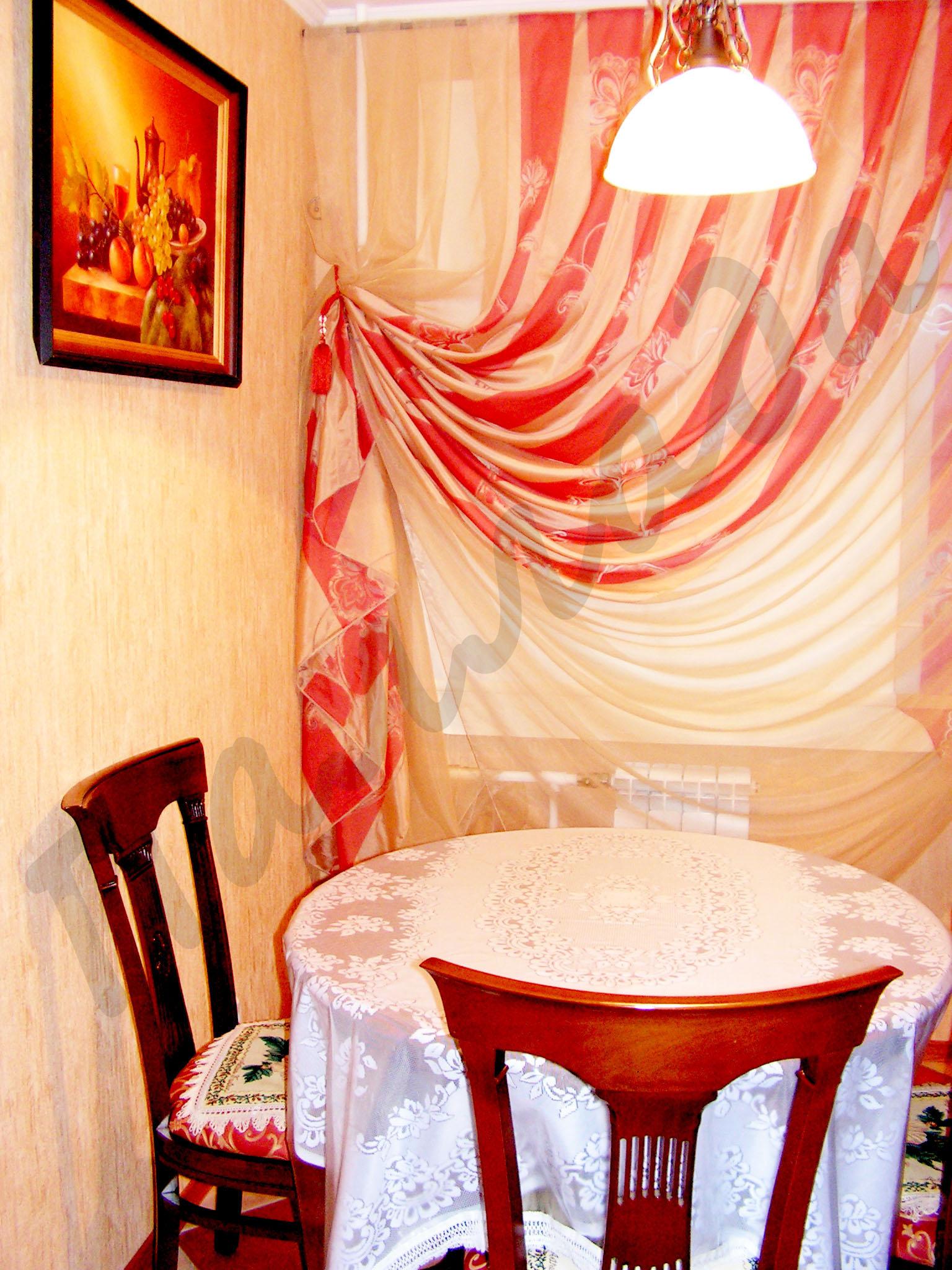 Яркие шторы на кухню фото