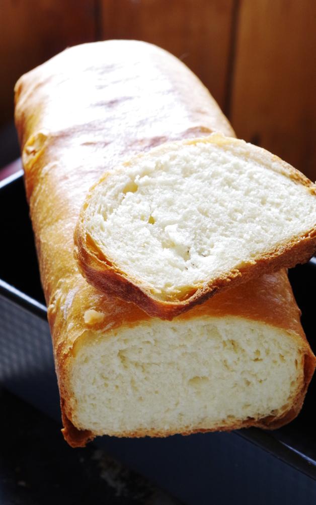 Добавление дрожжей в хлебное тесто на закваске