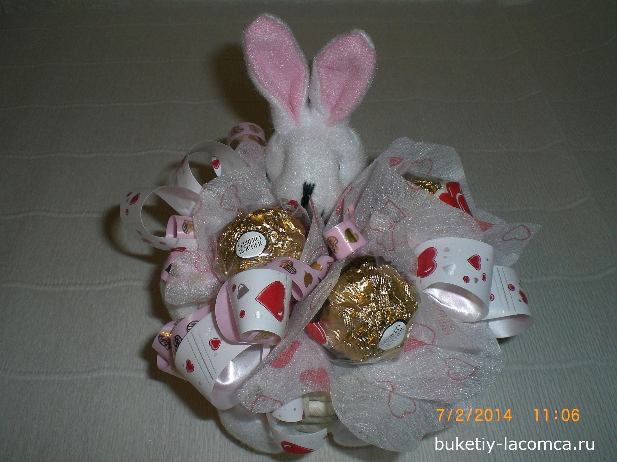 Зайчик из конфет