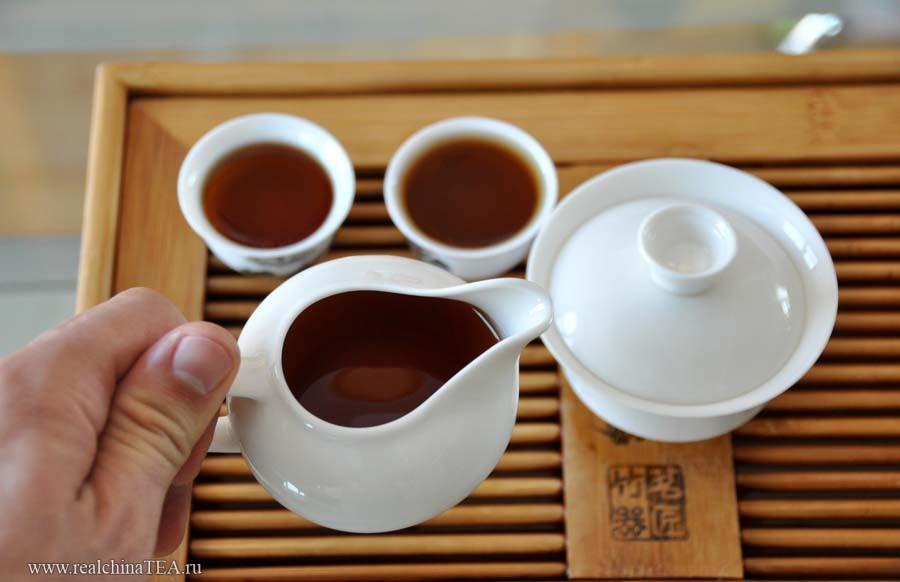 После того как чай заварился в гайвани, его необходимо перелить в чахай и только потом - в пиалки. Ничего сложного. Просто еще один шаг. Но зато это сделает настой в вашей чашке прозрачным и равномерным.