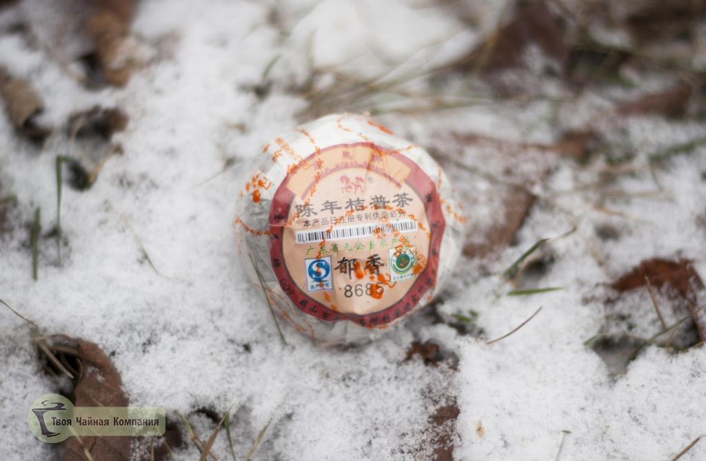 Шу Пуэр в мандарине в упаковке на снегу