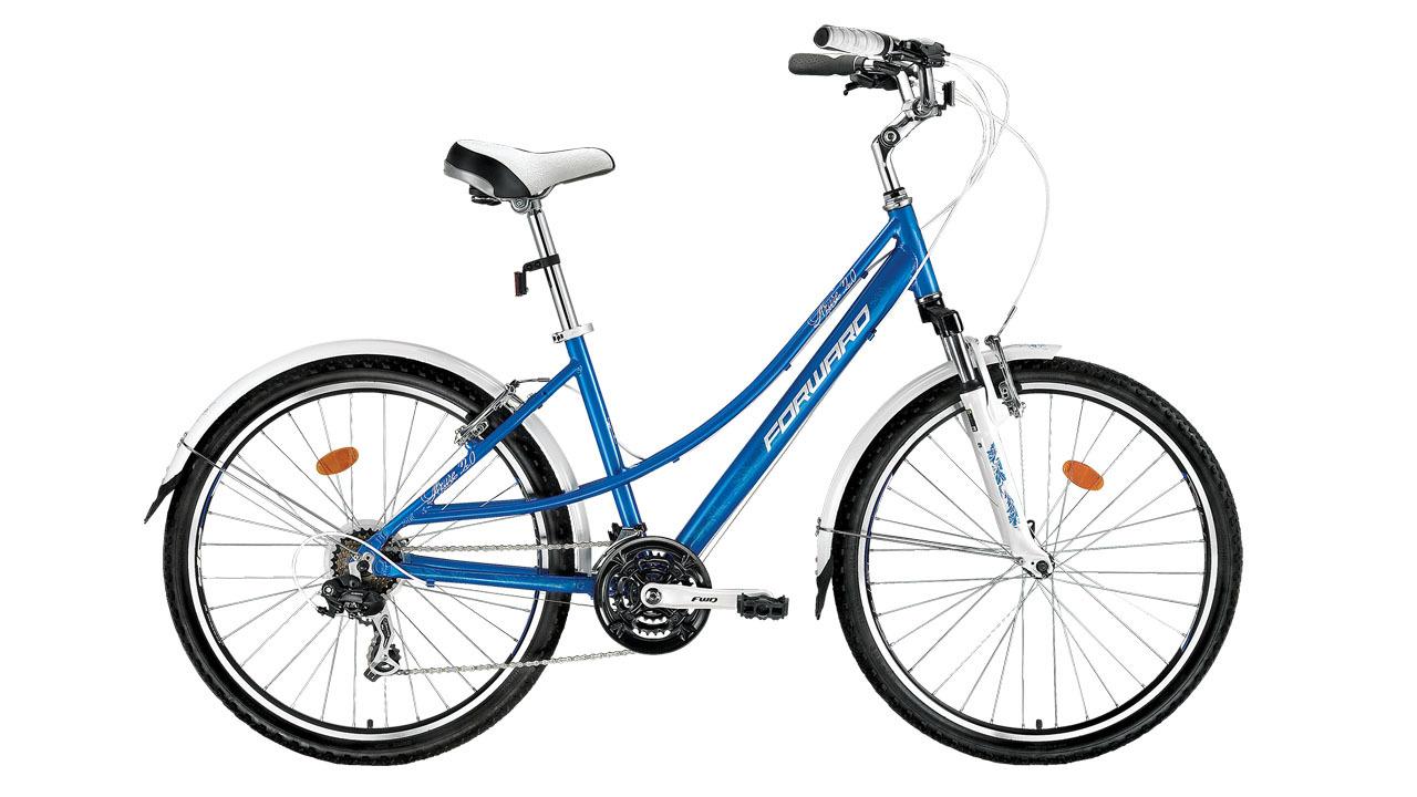 Forward Azure 2.0 (2015)Городские<br>Женский городской велосипед FORWARD AZURE 2.0 (2015) создан на базе лёгкой и прочной алюминиевой рамы (сплав 6061). Передняя амортизационная вилка поспособствует комфортным поездкам не только по городу, но и по лесным тропинкам и паркам. На велосипед установлены ободные тормоза V-Brake, которые обладают высокой эффективностью и ремонтопригодностью.<br>Установленные на велосипед задний и передний переключатели (манетки-триггеры) расширяют диапазон переключения до 21 скорости, что значительно увеличивает запас хода и максимальную скорость. Колёса велосипеда собраны на основе прочных двойных ободов диаметром 26 дюймов. Велосипед укомплектован лёгкими и прочными полноразмерными крыльями, которые защитят вас от воды и грязи в плохую погоду.<br>