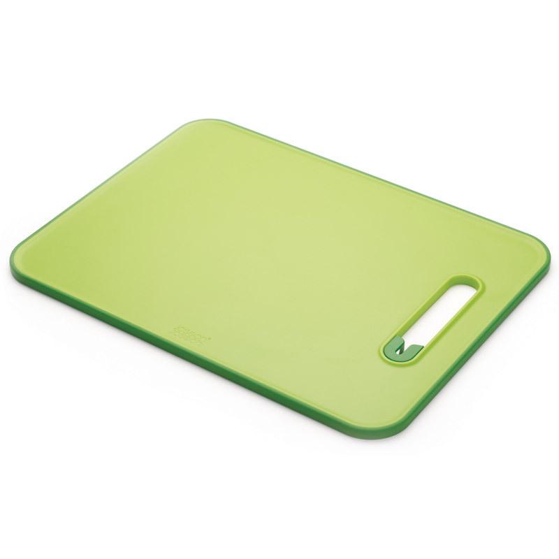 Доска разделочная с ножеточкой Joseph Joseph Slice &amp; Sharpen™ большая зеленая 60027Пластиковые разделочные доски<br>Доска разделочная с ножеточкой Joseph Joseph Slice &amp; Sharpen™ большая зеленая 60027<br><br>Затачивайте ножи быстро и просто прямо перед готовкой вместе с этой инновационной доской. Керамическая точилка для лезвия встроена прямо в рабочую поверхность, теперь вы точно не сможете посетовать, что нож плохо и толсто режет.<br>Нескользящий прорезиненный край доски обеспечивает устойчивость как при нарезке продуктов, так и при заточке лезвия. Сама же поверхность сделана из специального материала, защищающего целостность ваших ножей и миниминизирующего затупление. Для заточки поставьте доску на сухую плоскую поверхность, поместить лезвие ножа в прорезь и проведите 3-4раза туда и обратно.<br>После использования можно мыть в посудомоечной машине.<br>