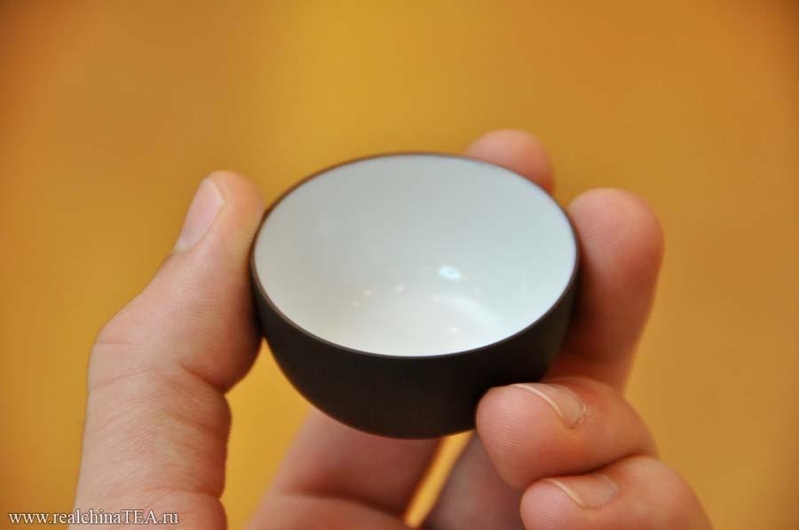 Двусторонняя глиняная пиалка. Внешняя сторона - из глины, внутренняя из - белого фарфора, покрытого глазурью.