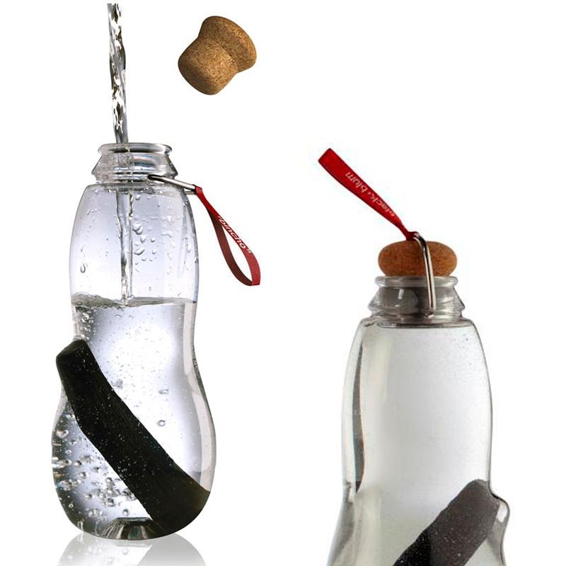 Эко-бутылка Eau good с фильтром красная EG004Бутылочки<br>Сделайте воду из-под крана полезной. Как? Очень просто – используйте бутылку со специальным фильтром-ионизатором.<br>В основе уникальной технологии очищения воды - угольный фильтр Binchotan, широко используемый в Японии аж с 17 века. Он удивительно эффективно убирает хлор, минерализует воду и выравнивает PH-баланс. Сохраняет свою активность 6 месяцев и утилизируется без вреда для экологии (а это важно!). Если вы наполняете бутылку 1 раз в день, через 3 месяца прокипятите фильтр в течение 10 минут, дайте высохнуть и используйте снова.<br>Бутылка из прочного пищевого пластика, похожего на стекло, только гораздо легче - выдержит любой удар.<br>Обычный пластик разлагается сотни лет, так что лучше не засорять планету и использовать многоразовую бутылку, тем более, если она так стильно выглядит! Объем 800 мл.<br>Наполните бутылку, поставьте в холодильник и через 6-8 часов вы получите чистую и вкусную воду.<br>