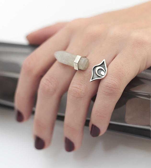 необычное кольцо с кианитом дымчато-серого цвета от MAVA HAZE