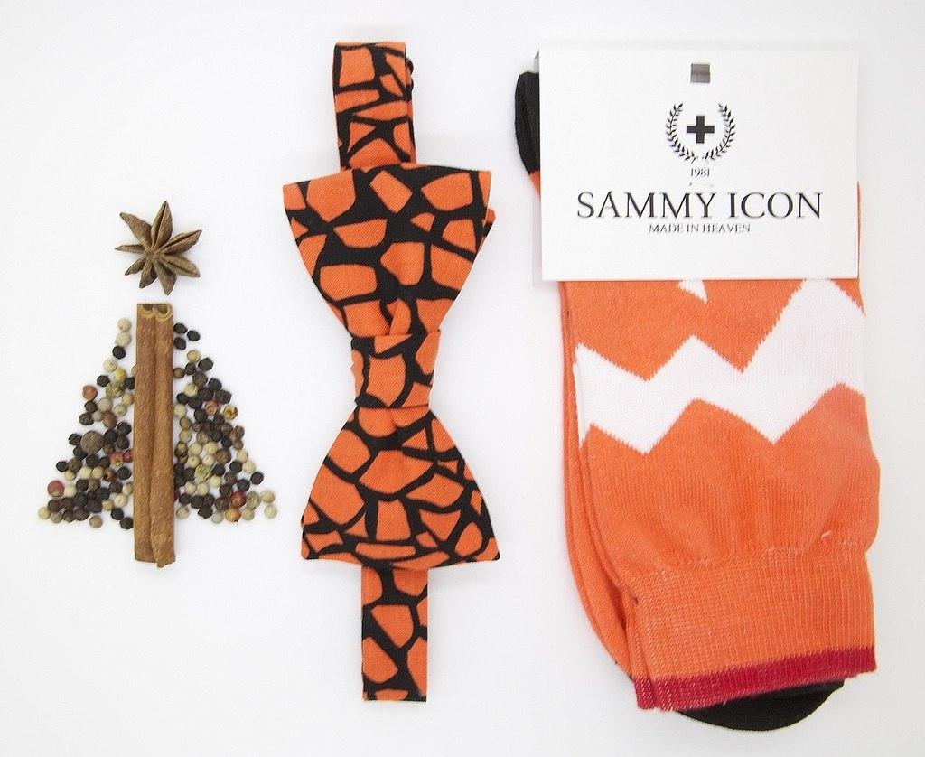 Стильная бабочка и носки черного и оранжевого цвета