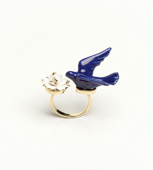 контрастное кольцо из испанского фарфора Flower Dove Blue от ANDRES GALLARDO