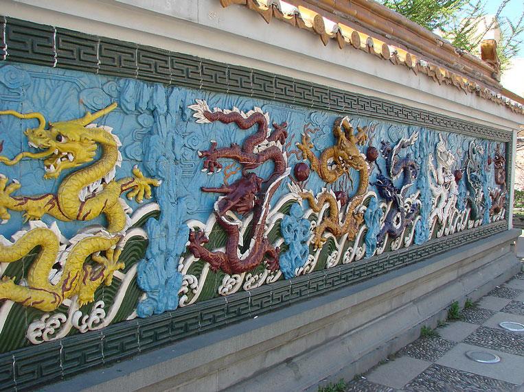 изображение драконов на стене