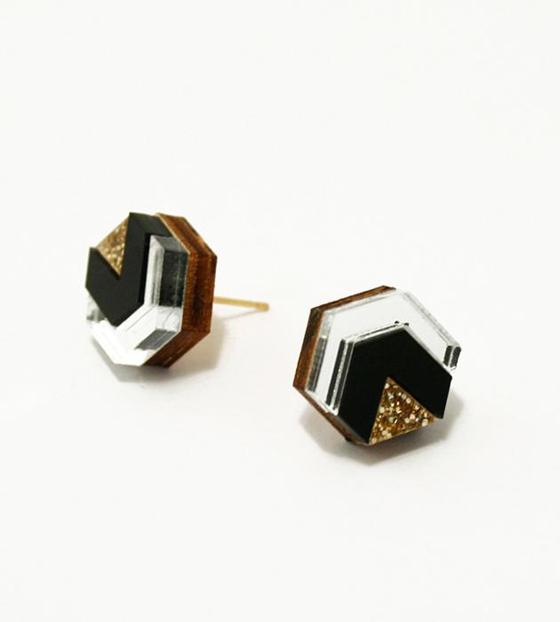миниатюрные серьги-гвоздики из дерева и плексигласа Little Hex Black&Gold Glitter от Wolf&Moon