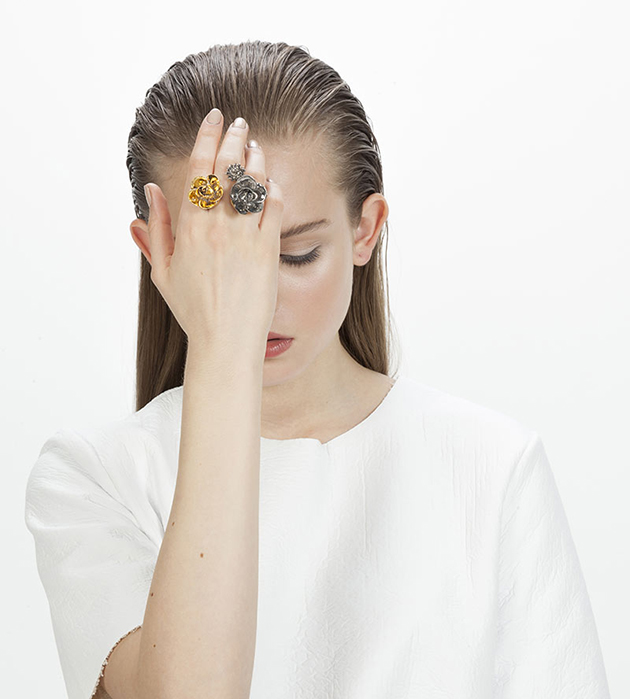 кольцо с 3 фарфоровыми цветами из фарфора Trio Grand Flower от ANDRES GALLARDO