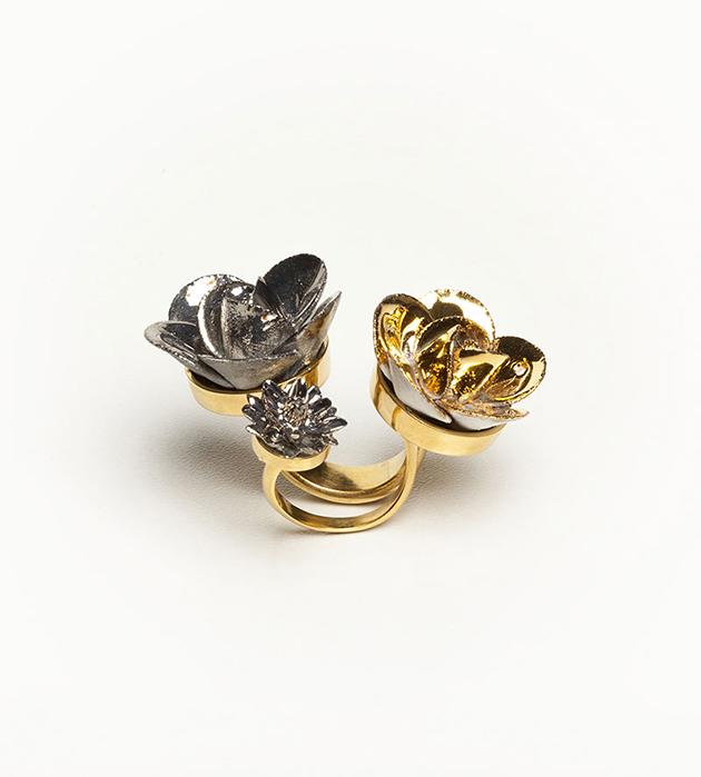 открытое кольцо с серебрянными и золотыми цветами Trio Grand Flower от ANDRES GALLARDO