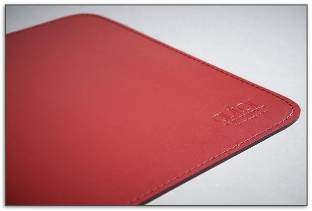Красный кожаный бювар с тиснением.