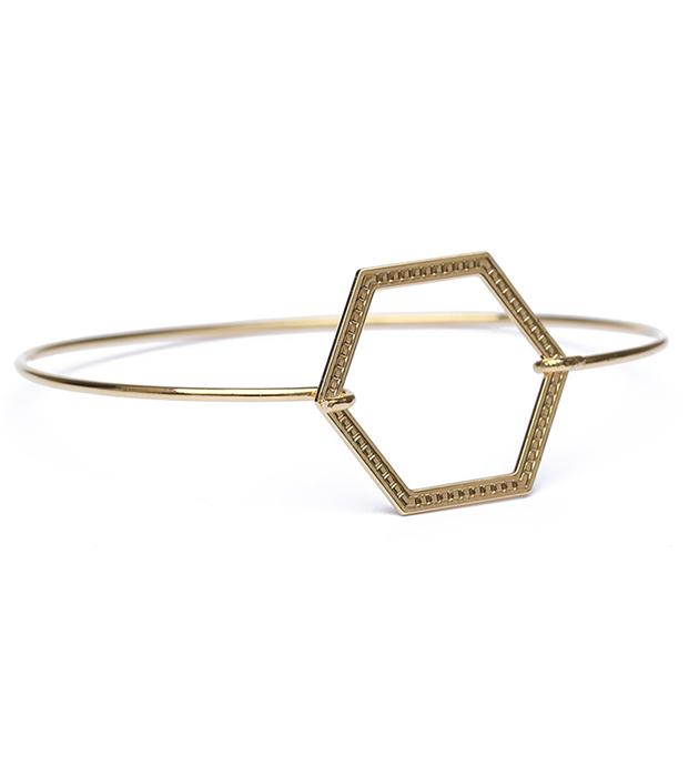 геометричный браслет Hexagone striee из позолоченной латуни с гравировкой от Chic Alors Paris