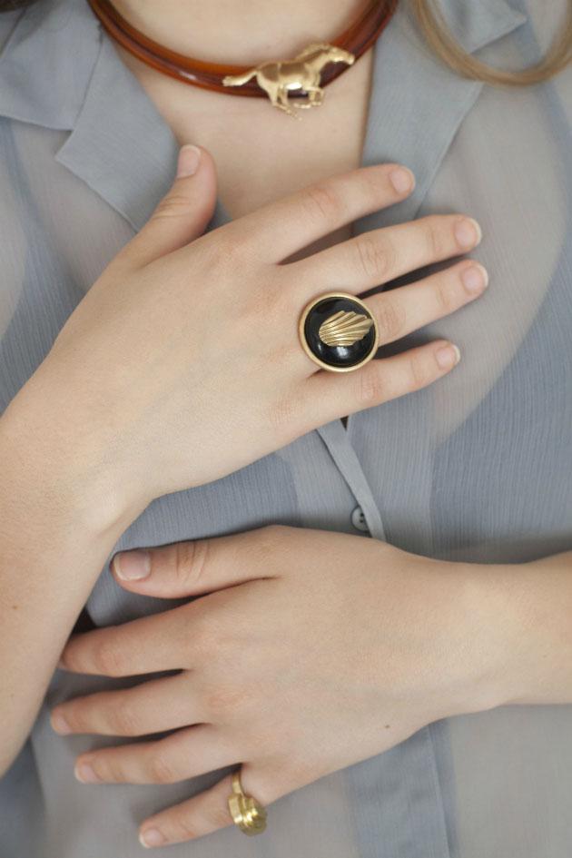 Купите массивное кольцо с черным кристаллом от Beatriz Palacios