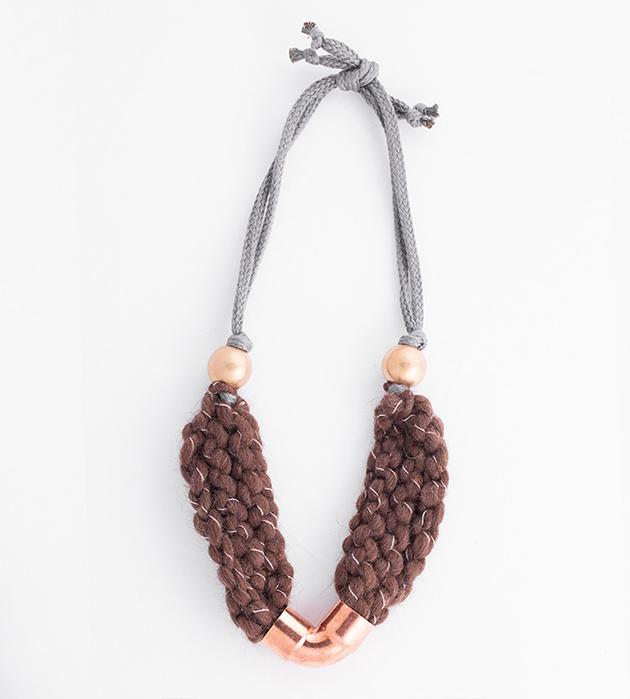 купите плетеное коричневое колье от Domingo Ayala