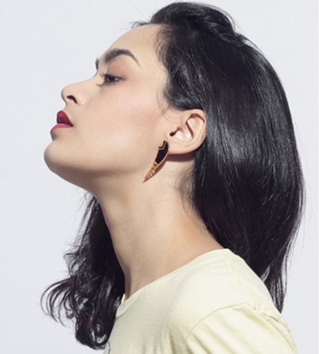 купите серьги золотого цвета с эмалью от Chic Alors-Paris