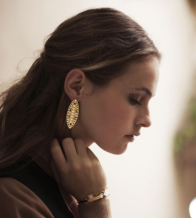 купите длинные серьги золотого цвета  Vassily Love от Chic Alors-Paris