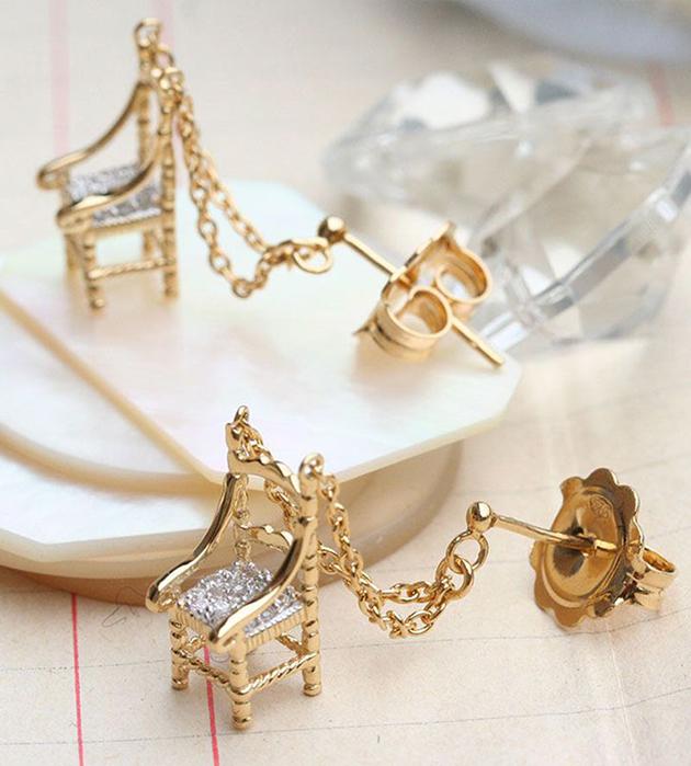 золотистые серьги-гвоздики с цирконами от Miss Bibi - Mini Chair Precious earrings