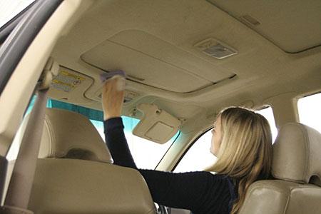 Почистить салон автомобиля от грязи