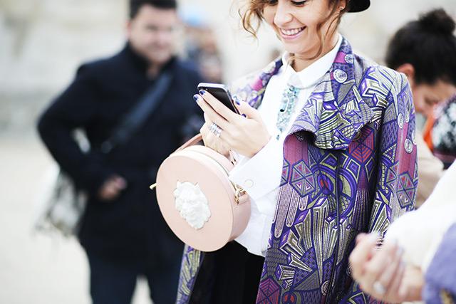 Наталья Захарова с круглой сумкой Round Leather Lion от ANDRES GALLARDO