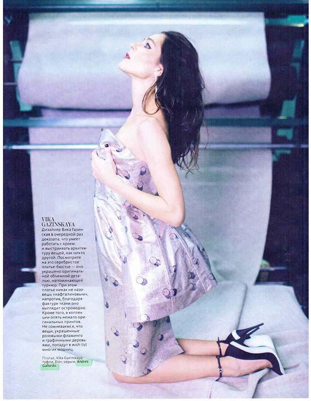 Длинные серьги из фарфора от испанского бренда ANDRES GALLARDO в журнале InStyle