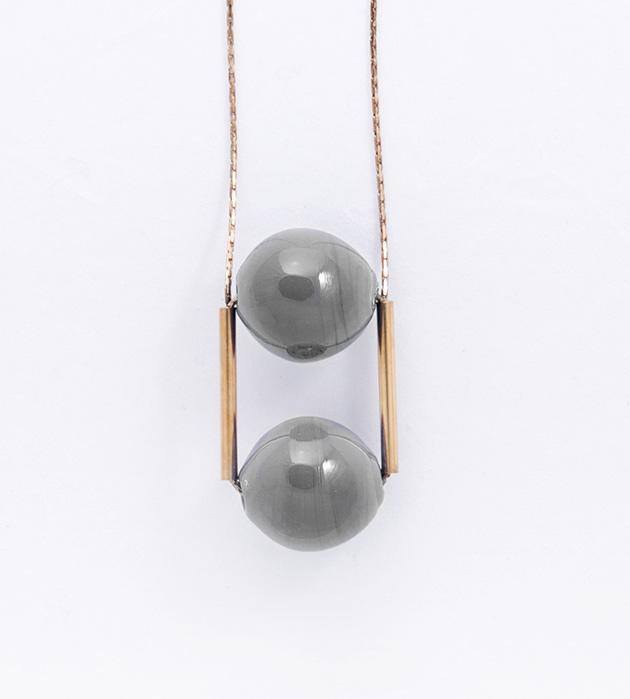 купите длинная подвеска с двумя серыми сферами от Pili Collado