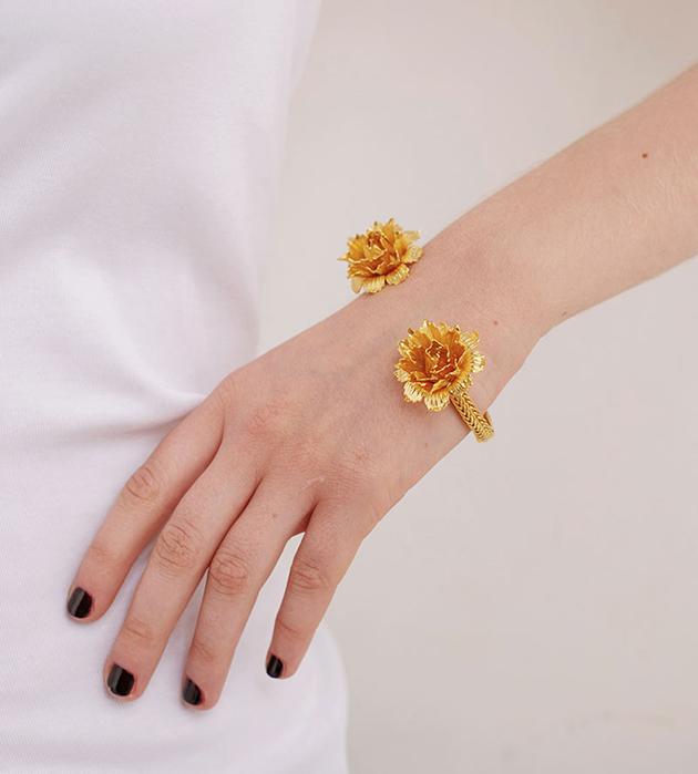 чеканный браслет из позолоченной латуни с цветами от Beatriz Palacios