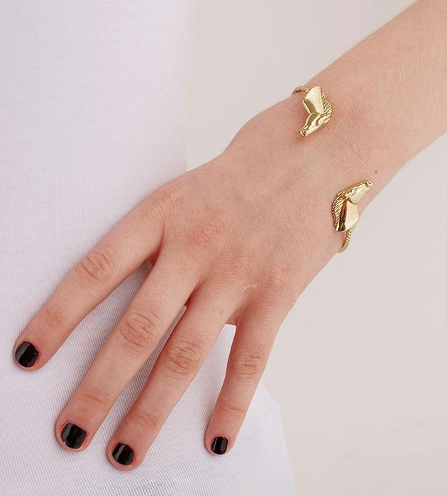 тонкий браслет с лошадьми от испанского бренда Beatriz Palacios