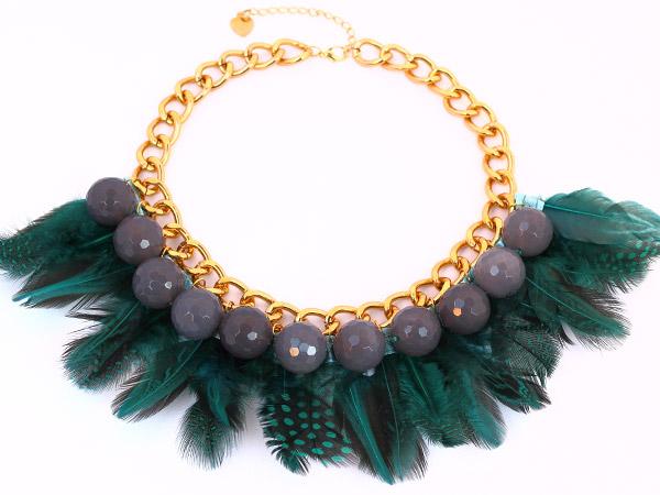 Зеленое ожерелье-колье из агата и из перьев фото купить