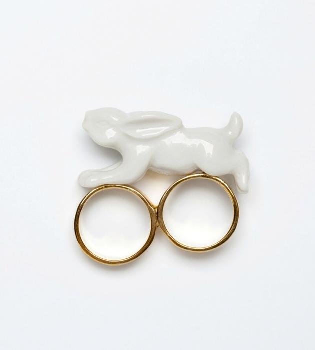 белое кольцо из фарфора от Andres Gallardo