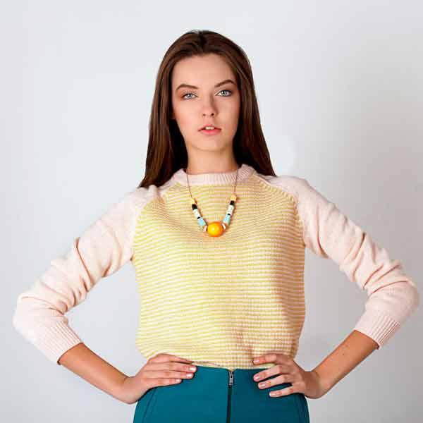Женский шерстяной свитер с деликатной полоской фото