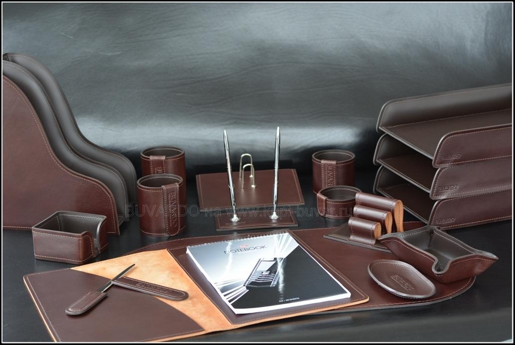 Набор на стол руководителя выполнен из комбинированных видов кожи Full Grain и Cuoietto.