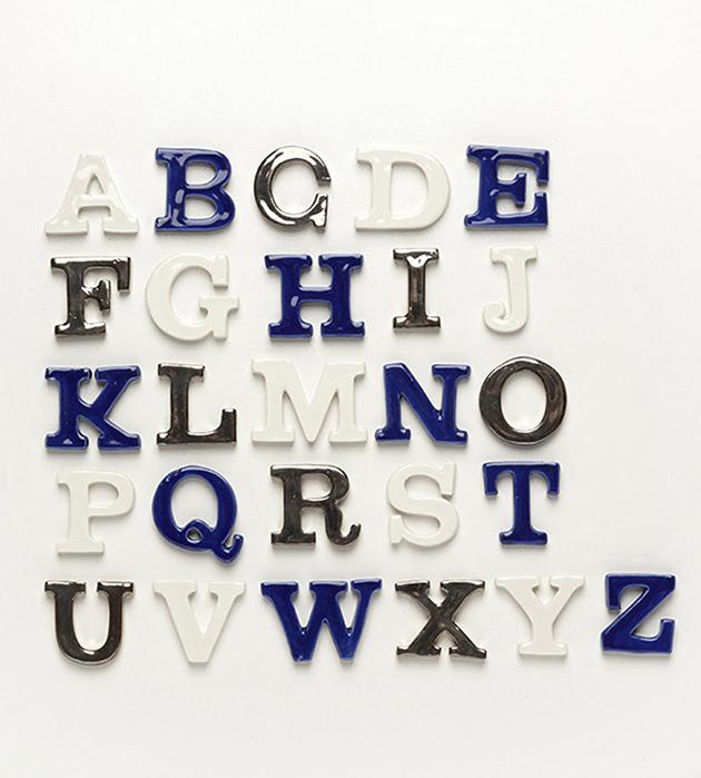 оригинальная подвеска в виде буквы латинского алфавита из испанского фарфора Letter Blue от ANDRES GALLARDO