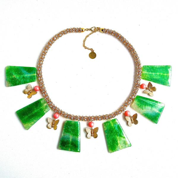 Купите зеленое колье с крупным камнями агатами и бабочками