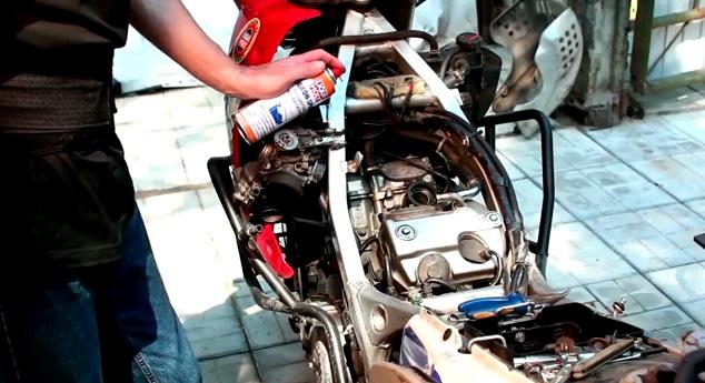Обработка мотоцикла спец средством от Liqui Moly