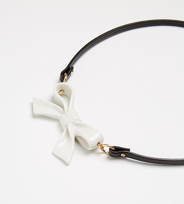 стильное колье из кожи и испанского фарфора Single Little Bow White от ANDRES GALLARDO