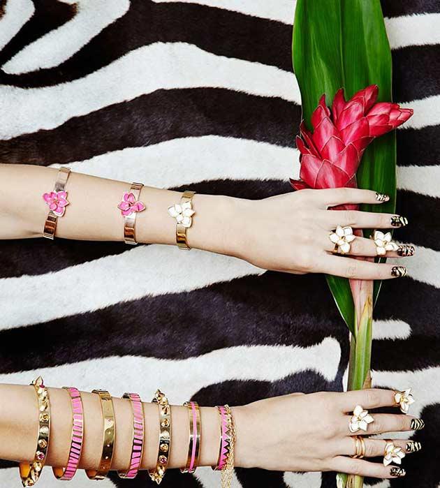 позолоченное кольцо-цветок с белоснежной эмалью от Maria Francesca Pepe
