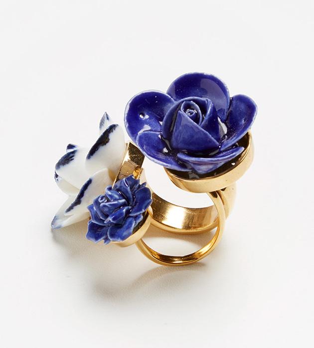 купите эффектное кольцо ручной работы от ANDRES GALLARDO - Trio Grand Flower ring white blue