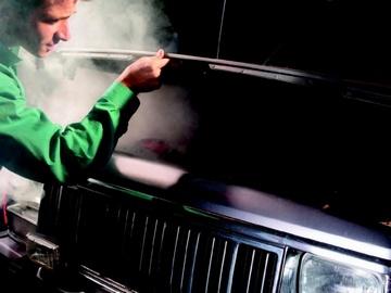 Когда кипит двигатель, необходимо выйти из авто и открыть капот автомобиля