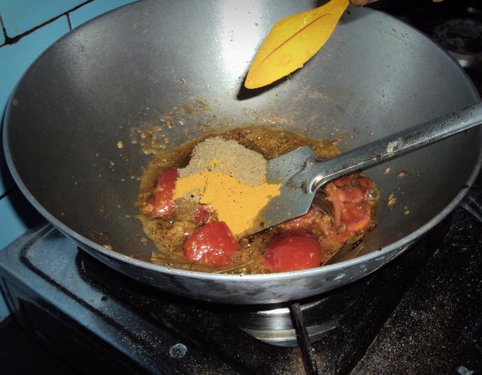 Обжарка помидора и специй