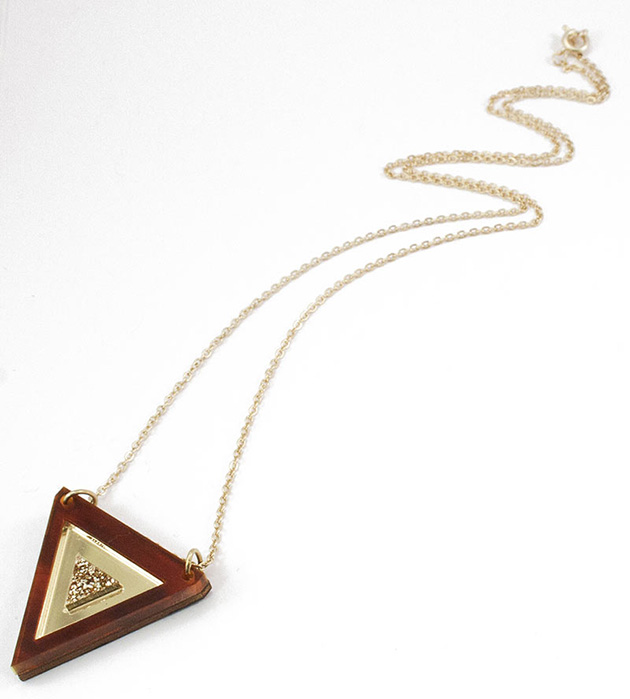 стильная треугольная подвеска от Wolf&Moon - Inlaid Triangle Necklace Tortoiseshell Gold GlitterCream centre