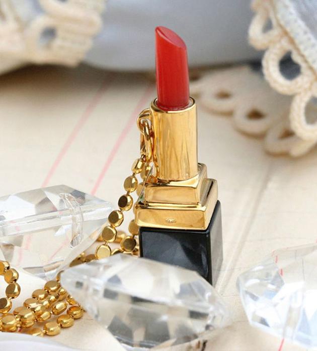 золотисто-чёрная подвескa Lipstick от Miss Bibi