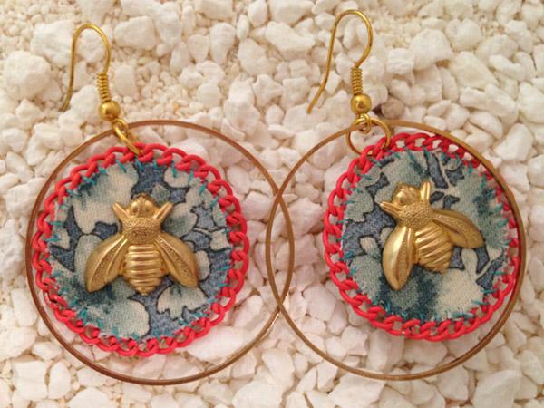 купить большие золотоые круглые серьги-пчелки из ткани фотографии