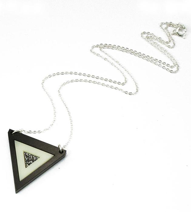 чёрно-белая подвеска от Wolf&Moon - Inlaid Triangle Necklace CreamBlack Glitter centre