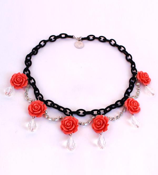 Колье-Роза из черной цепочки и цветов-розочек фото