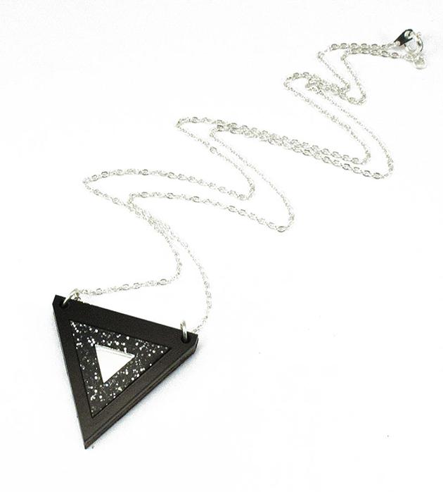 треугольная миниатюрная подвеска от Wolf&Moon - Inlaid Triangle Necklace Black GlitterSilver centre