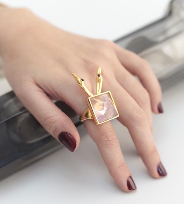 массивное кольцо с камнями фиолетового цвета Ametrine Ravens Ring от MAVA HAZE