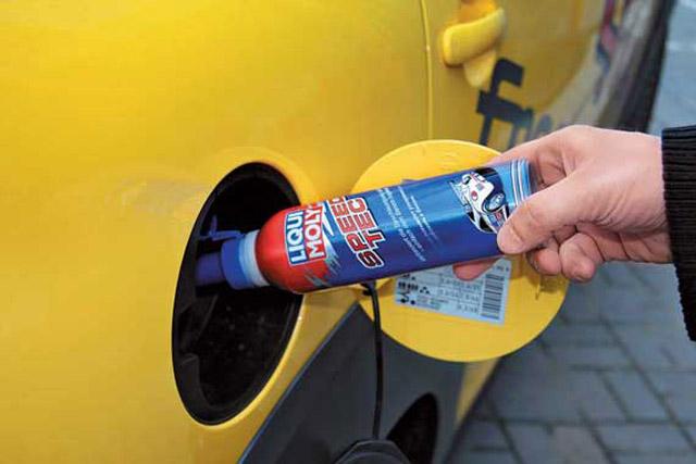 Добавление присадки в топливный бак автомобиля