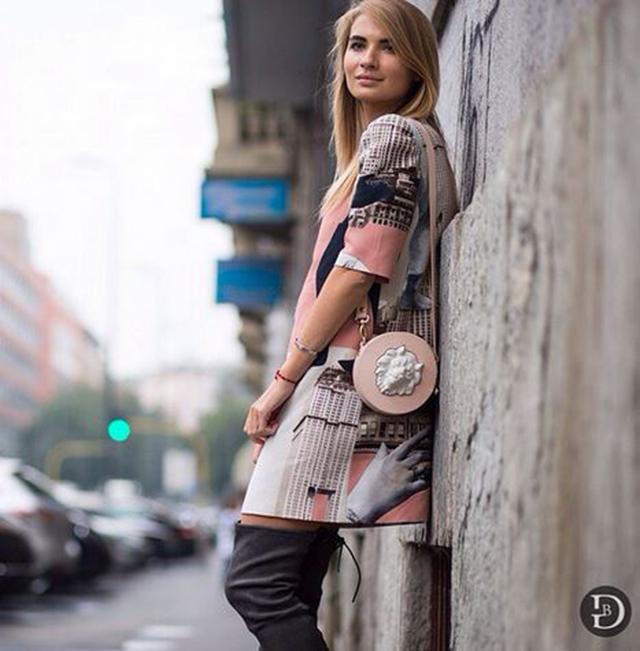 Мария Колосова @kyklamasha с круглой сумкой из кожи Mini Lion  от ANDRES GALLARDO
